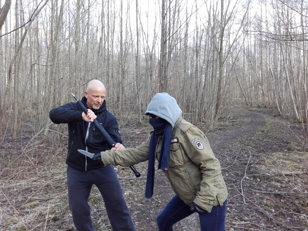 Selbstverteidigungsschirm-gegen-Messerangriff-gerade